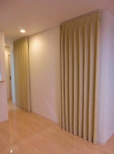 川島織物セルコン ウィリアム・モリス「ラアクスパアⅡ」FF4546、カーテンで階段空調対策