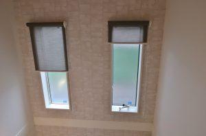 階段 窓 ロールスクリーン 遮熱