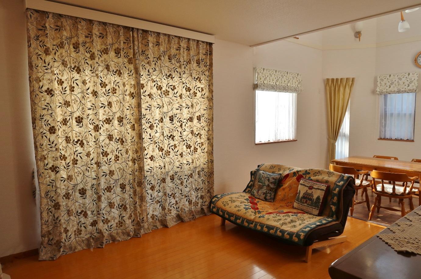 ウィリアム・モリスの刺繍カーテンと天然素材の収縮に配慮した特別仕様の