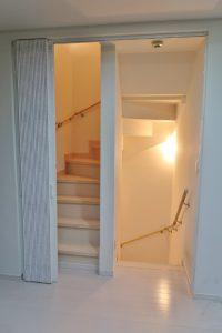 階段 アコーデオンカーテン