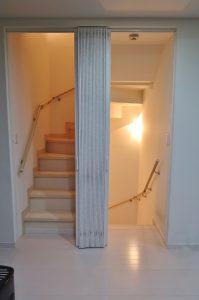 階段 アコーデオンドア