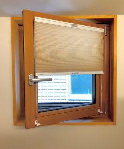 内開き窓 内倒し窓 カーテン ハニカムスクリーン