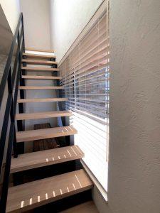 階段 窓 ウッドブラインド